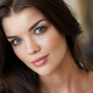 Close-up-of-a-model-with-dark-hair